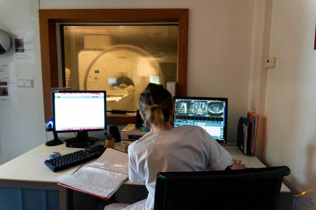 Console médecin d'un appareil d'IRM de la Clinique du Pré