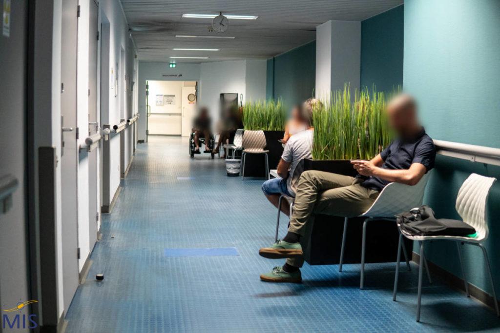 Couloir d'attente pour les examens de la Clinique du Pré