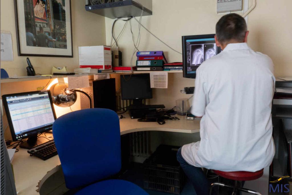 Médecin analysant une radiographie de l'épaule